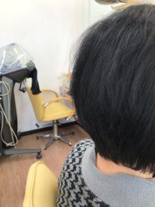 60代以上の女性のえりあしをすっきりさせた髪型