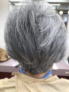 60代女性のえりあしを刈り上げた前下がりボブスタイル